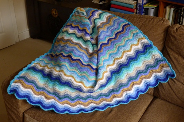 Blanket with ripple edge